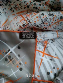 Foulard Hermès intitulé MAGIC KELLY neuf dans sa boîte, prix 600 (iconique!)
